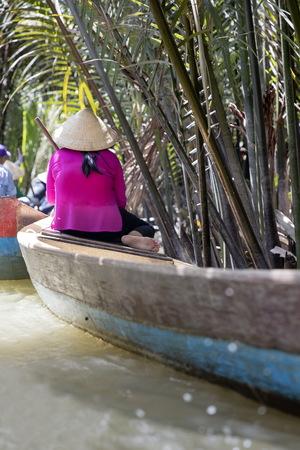 メコンデルタ、ベトナム - 2017 年 2 月 21 日: ベトナムのメコンデルタでボートに乗って正体不明の人々。ボートは、メコン ・ デルタの交通の主要な 報道画像