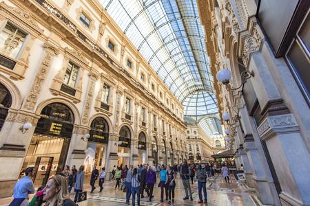 ミラノ, イタリア - 2017 年 4 月 22 日: ミラノのヴィットリオ エマヌエーレ 2 世で正体不明の人。1877 で開かれた、世界最古のショッピング モールの一