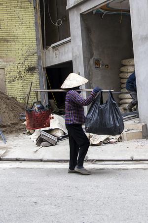ハロン, ベトナム - 2017 年 2 月 28 日: 正体不明の男通りのハロン、ベトナムの。ハロン市はベトナム北部で最大の港の 1 つの主要な工業センターです