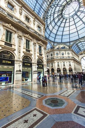 ミラノ, イタリア - 2017 年 4 月 30 日: ミラノのヴィットリオ エマヌエーレ 2 世で正体不明の人。1877 で開かれた、世界最古のショッピング モールの一 報道画像