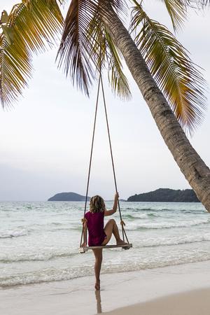 SAO BEACH, VIETNAM - FEBRUARI 28, 2017: Niet geïdentificeerde vrouw op het strand van Sao in Vietnam. Het strand van Sao is een van de beste stranden van Vietnam. Stockfoto