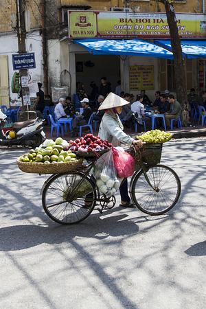 ハノイ, ベトナム - 2017 年 2 月 17 日: ベトナム ・ ハノイの通り正体不明の人々。ハノイ、ベトナムの首都であり、750万人以上の市民を持っています