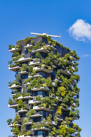 ミラノ、イタリア-4 月 28、2017: ミラノ, イタリアのボスコ ・ Verticale のディテール。それは、900 以上の木をホストするミラノのポルタ ・ ヌオーヴァ 報道画像