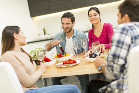 Les jeunes se passent dans la salle à manger moderne Banque d'images - 80001684