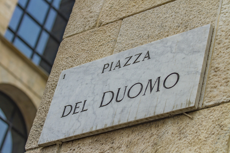 밀라노, 이탈리아에서 피아 자 델 두오모의 거리 표지판에서 뷰를 닫습니다 스톡 콘텐츠