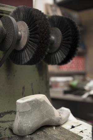 靴屋のワーク ショップで靴磨き機で回転ブラシ