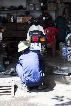 ハノイ, ベトナム - 2017 年 3 月 2 日: ベトナム ・ ハノイにおけるオートバイのワーク ショップで正体不明の男。ハノイ、ベトナムの首都であり、750