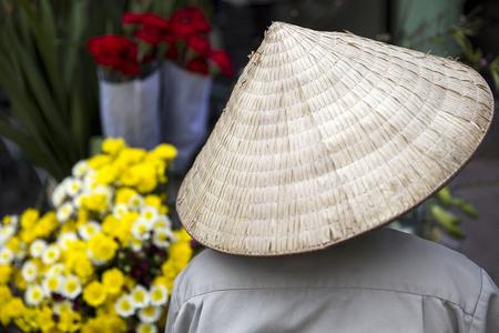 ハノイ, ベトナム - 2017 年 3 月 2 日: ベトナム ・ ハノイの路上で正体不明の人。ハノイ、ベトナムの首都であり、750万人以上の市民を持っています。