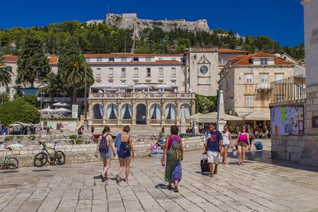 スタリ ・ グラド, クロアチア - 2009 年 7 月 7 日: クロアチアのフヴァル島でスタリー グラードで不明の人。フヴァルはクロアチアで最も人気のある