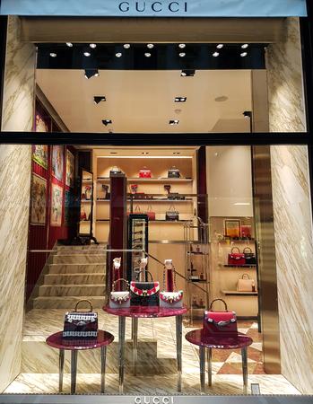 MILAAN, ITALIË - APRIL 26, 2017: Gucci-winkel in Milaan, Italië. Gucci is een Italiaans merk voor mode- en lederwaren dat werd opgericht in 1921.