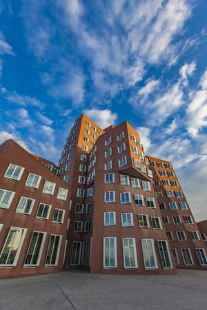 DUSSELDORF, DEUTSCHLAND 8. NOVEMBER 2011: Gehry-Gebäude in Duesseldord, Deutschland. Die Gehry Buildings im Düsseldorfer Hafen sind wunderbare Vertreter der postmodernen Architektur. Standard-Bild - 80665960