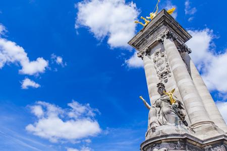 フランス、パリのアレクサンドル 3 世橋でラ Renommee au 戦闘を彫刻します。