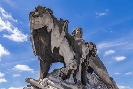 동상 사자는 1900 년 프랑스 파리의 Pont Alexandre III에서 조르주가 르트 (Jose Georges Gardet)가 맡았습니다.