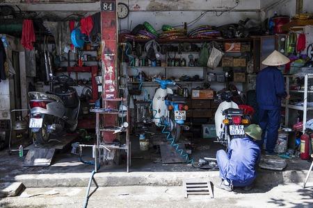 ハノイ, ベトナム - 2017 年 3 月 2 日: ベトナム ・ ハノイにおけるオートバイのワーク ショップで正体不明の男性。ハノイ、ベトナムの首都であり、75 報道画像