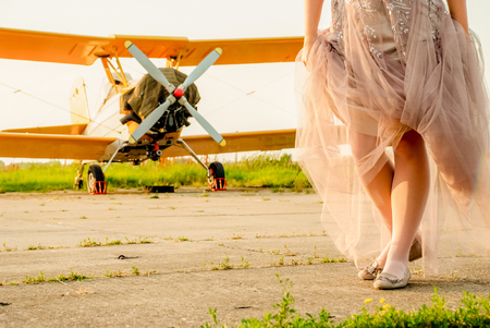 花嫁とビンテージの飛行場で飛行機のクローズ アップ