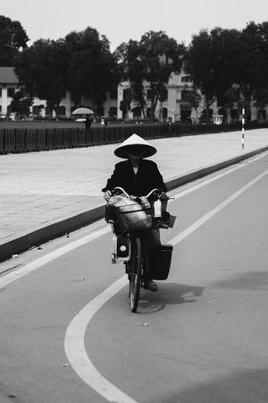 ハノイ, ベトナム - 2017 年 2 月 3 日: ベトナム ・ ハノイの路上で正体不明の人。ハノイ、ベトナムの首都であり、750万人以上の市民を持っています。