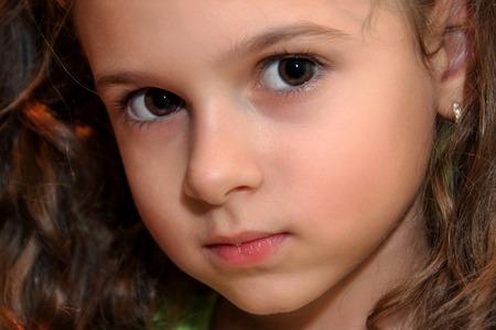 곱슬 머리 어린 소녀의 Potrait