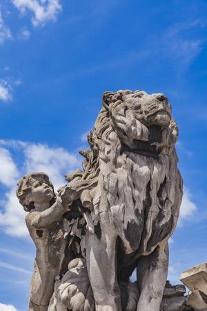1900 년 프랑스 파리의 Pont Alexandre III에서 줄줄로 (Jules Dalou)가 조각 한 라이온 도관 조각 스톡 콘텐츠