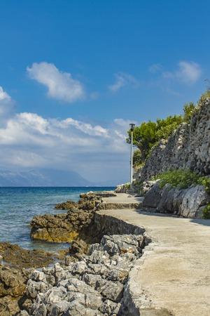 クロアチアのコルチュラ島で石の通路を表示します。