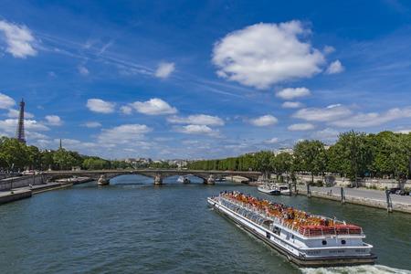 フランス、パリのセーヌ川の観光遊覧船ツアーでパリ, フランス - 2017 年 6 月 16 日: 不明の人。これらのボートは、パリで人気のある観光スポットで 報道画像