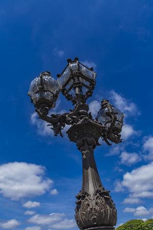 フランス、パリのアレクサンドル 3 世橋でビンテージ ランタン 写真素材