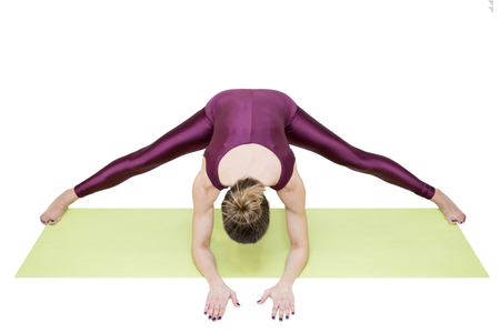 Vrouw beoefenen van yoga geïsoleerd op de witte achtergrond