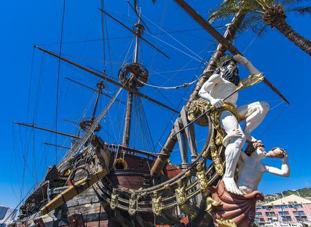 제노바, 이탈리아 -2007 년 4 월 29 일 : Galleon Neptun 제노바, 이탈리아에서 포르토 antico에. 그것은 로마 Polanski의 영화 해적판을 위해 1985 년에 지어진 17 세