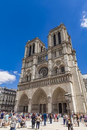 PARIJS, FRANKRIJK - JUNI 12, 2017: Niet-geïdentificeerde mensen door Cathedrale Notre Dame de Paris in Frankrijk. Het is een gotische middeleeuwse katholieke kathedraal. Redactioneel