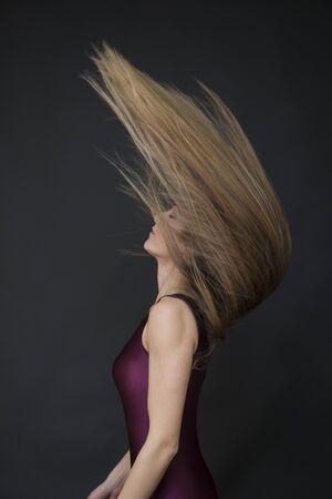 Piuttosto giovane donna dai capelli rossi in studio Archivio Fotografico - 82931694