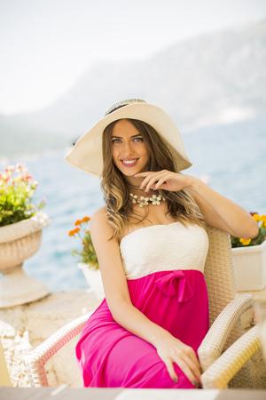 Mening bij vrouwenreiziger die in strandkoffie bij vakantie genieten van