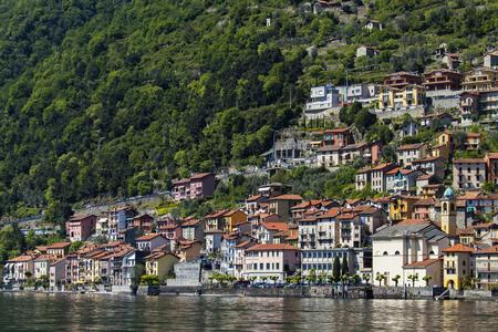 イタリアのコモ湖の Colonno の町で表示します。