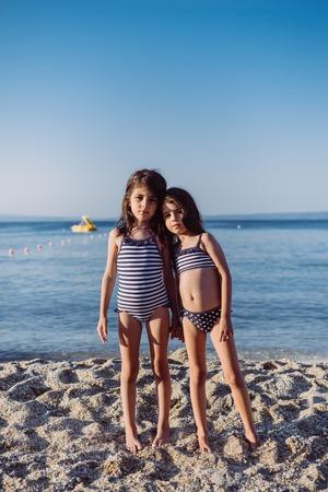 Petites filles mignonnes sur la plage de sable à l'été Banque d'images - 82967117