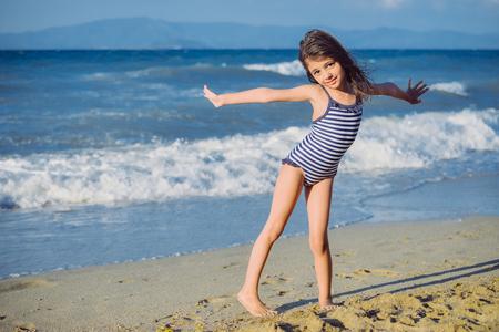 Niña linda en la playa de arena en verano Foto de archivo - 83373480