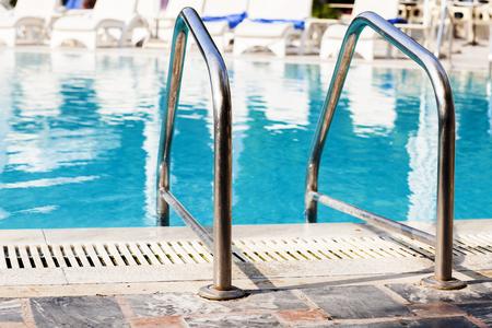 Sluit omhoog mening bij leuning voor ingang aan het zwembad