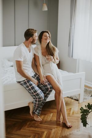 relaciones sexuales: Ver en pareja amorosa en la cama en la habitación