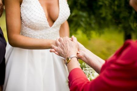 ゲストを結婚式の日に花嫁を祝福します。
