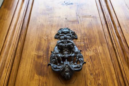 Kijk omhoog naar de deurknop