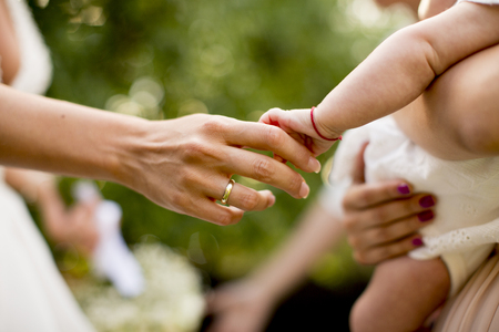 結婚式の日に花嫁にお祝いのゲスト