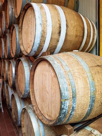 Wijnvaten gestapeld in de oude kelder van de wijnmakerij