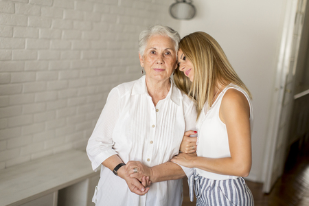 La petite-fille embrasse grand-mère dans la chambre
