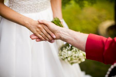 신부는 결혼식 날에 축하합니다.