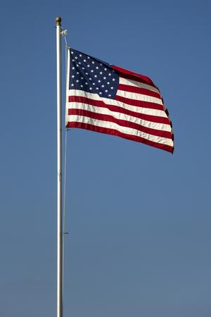 青い空にアメリカの国旗で表示します。 写真素材 - 85683962