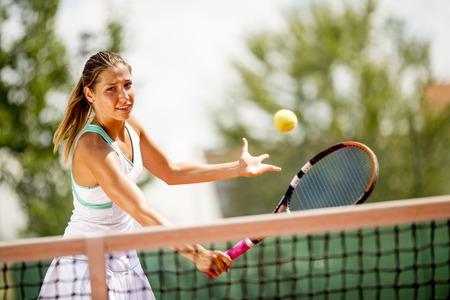 テニス屋外で遊ぶ若い女性の肖像 写真素材