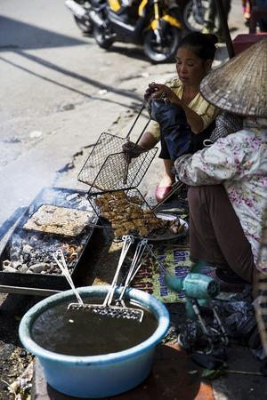 ハノイ, ベトナム - 2017 年 3 月 2 日: ベトナム ・ ハノイの通りの上に食べ物を販売正体不明の女性。ハノイ、ベトナムの首都であり、750万人以上の市 報道画像