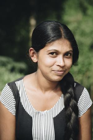 NUWARA ELIYA, 스리랑카 -1 월 25 일, 스리랑카에서 Nuwara Eliya에서 미확인 된 여자. Nuwara Eliya 지구는 700,000 명이 넘습니다. 에디토리얼