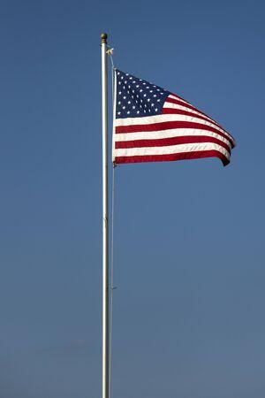 青い空にアメリカの国旗で表示します。