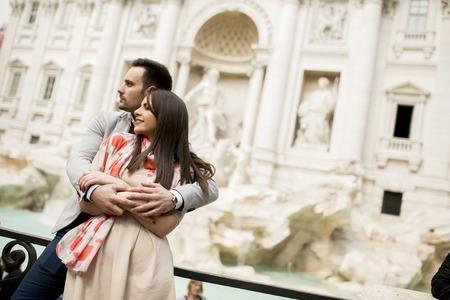 Toeristische paar over reizen door Trevi-fontein in Rome, Italië. Stockfoto