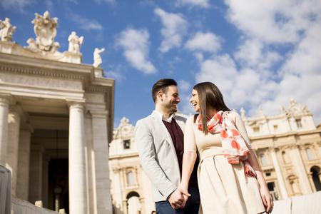 Verliefde paar op het St. Peter's Square in Vaticaan, Italië Stockfoto