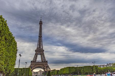 파리, 프랑스 -2011 년 6 월 11 일 : 파리, 프랑스에서 에펠 탑에 의해 미확인 된 사람. 그것은 1889 년 세계 박람회의 입구로 1887 년에서 1889 년까지 건설되