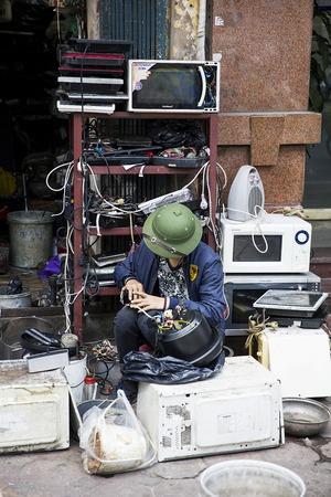 ハノイ, ベトナム - 2017 年 3 月 2 日: ベトナム ・ ハノイの路上のワーク ショップで正体不明の男。ハノイ、ベトナムの首都であり、750万人以上の市 報道画像